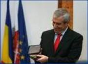 Le Premier ministre Calin Popescu-Tariceanu a reçu aujourd`hui le titre de Citoyen d`honneur de la municipalité de Sibiu, au cours d`une cérémonie organisée au siège de la mairie de cette localité, à laquelle ont participé une partie des membres du Cabinet, ainsi que des conseillers locaux du département de Sibiu.