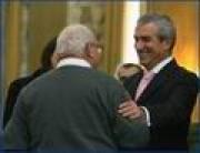 Le Premier ministre Calin Popescu-Tariceanua remis aujourd`hui, au Palais Victoria, les titres de payement aux premiers 20 propriétaires qui seront dédommagés en argent pour les biens confisqués par le régime communiste.